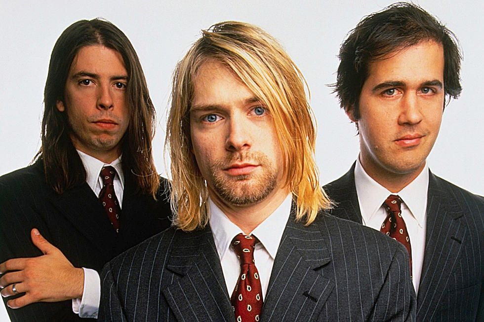 "Nirvana ปล่อยวีดีโอแสดงเพลง ""The Man Who Sold The World"" เวอร์ชันซ้อมก่อนเล่นจริงใน MTV Unplugged"