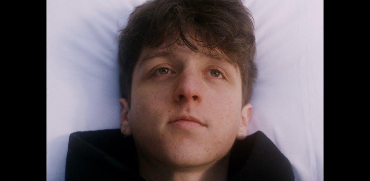 """เจาะความหมายเพลง """"Death Bed"""" ของ Powfu เมื่อความรักกำลังถูกพรากด้วยความตาย"""